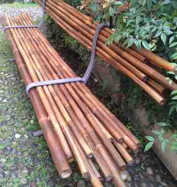 Лавка из бамбука в металлическом каркасе